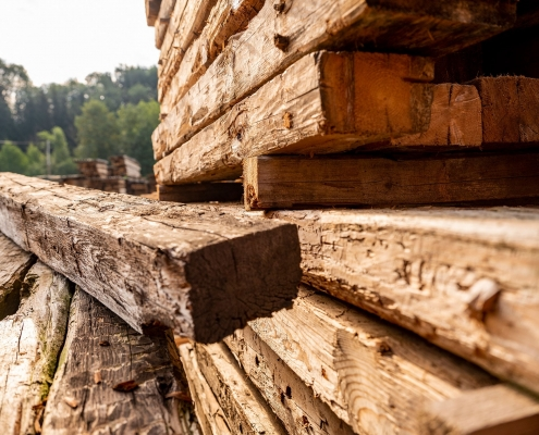 Altholz in Form von Balken